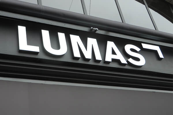 Neoprop Lumas Fassade Beschriftung