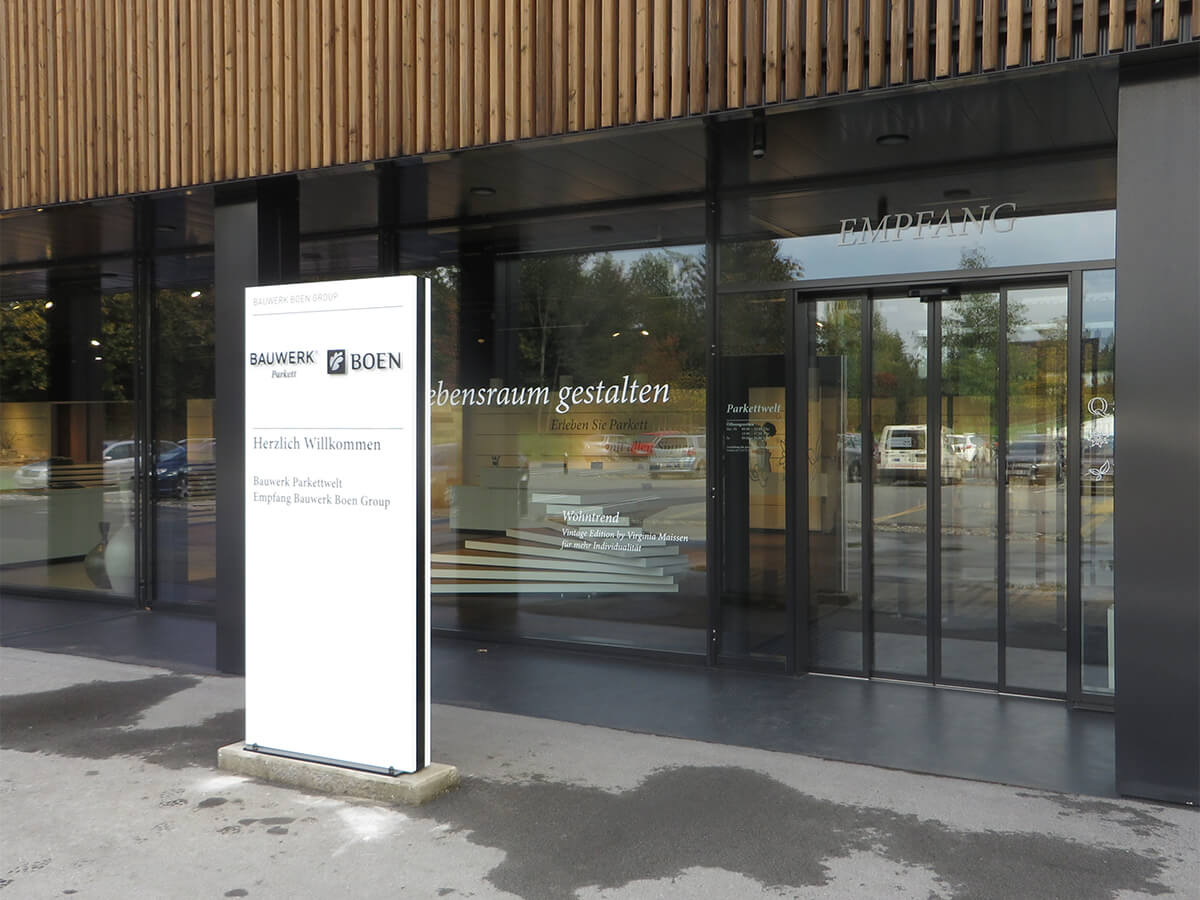 Neoprop Lichtwerbung Bauwerk Parkett Aussenbeschriftung