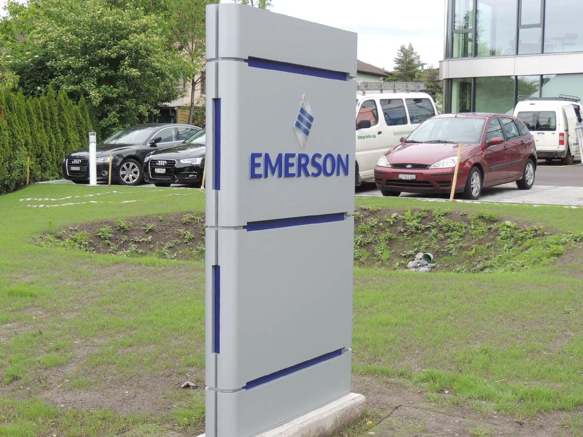 Neoprop Aussenbeschriftung Emerson Pylon beleuchtet