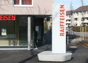 Neoprop Lichtwerbung Aussenbeschriftung Raiffeisen Pylon Einzelbuchstaben
