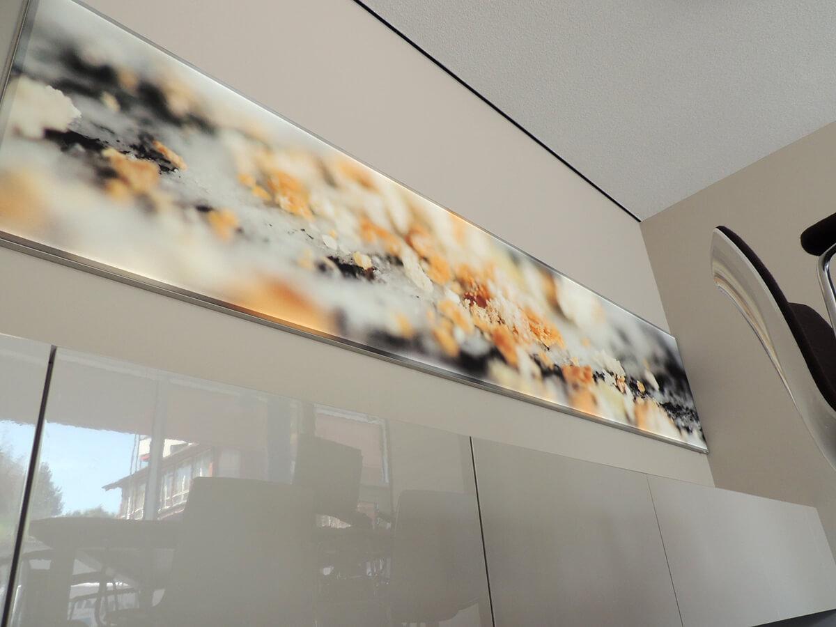 Neoprop Lichtwerbung Innenbeschriftung Raiffeisen LED-Spanntuchrahmen