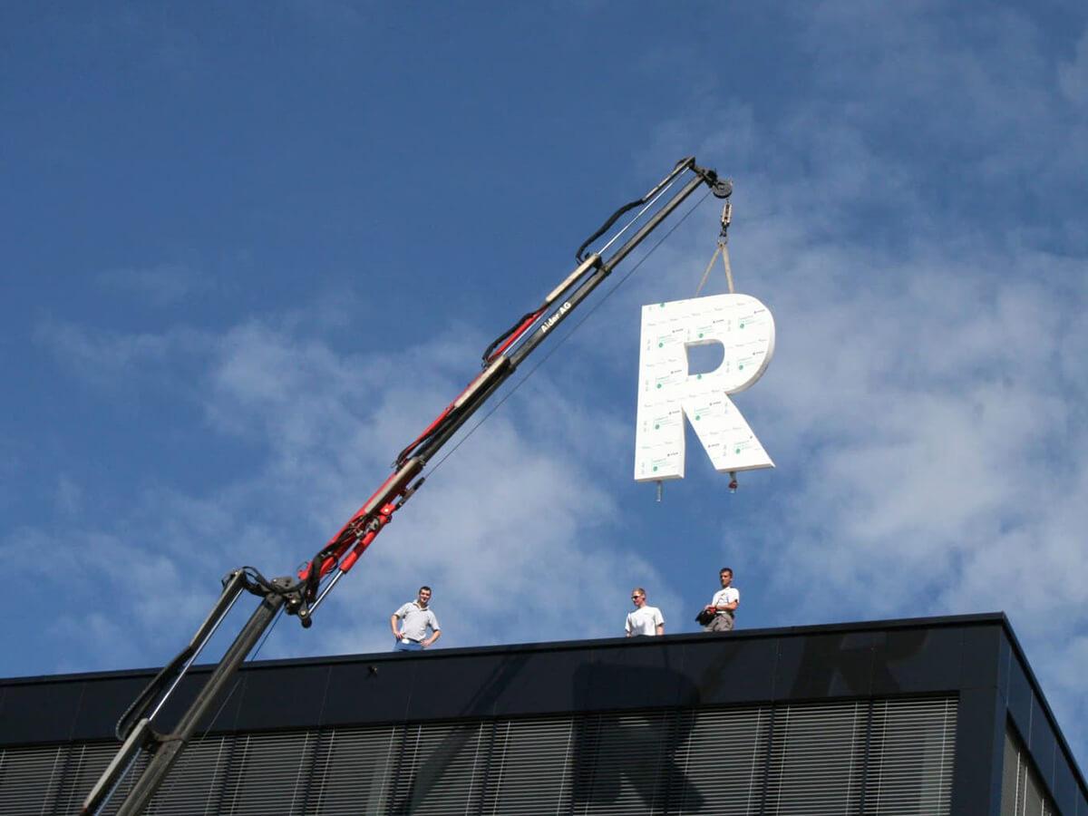 Neoprop Montage der Leuchtschrift bei R&M Wetzikon